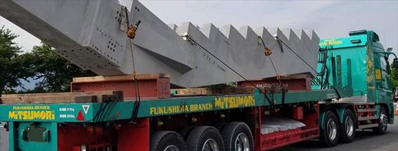 運送事業部門は、鉄スクラップ、鉄くずをスクラップ現場から当社のスクラップヤードまで、もしくは製鋼所や海外輸出の経路を輸送する運搬部門です。